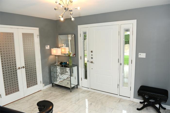 Perfekt Einrichtungsideen Flur Coole Kommode Stauraum Spiegeloberflächen Hellgraue  Wandfarbe