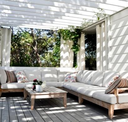 Elegante Korbmöbel mit weißem Polster und Holz