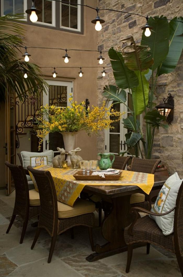 gartengestaltung ideen gartentisch gelbe tischdecke pflanzen