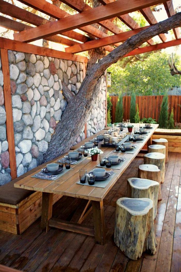 gartengestaltung ideen holztisch steinwand rustikale hocker holzboden