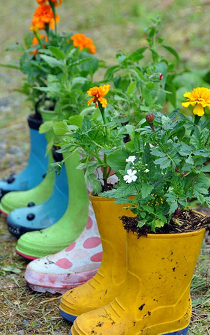 gartenideen alte schuhe widerverwenden pflanzenbehälter lustig kreativ
