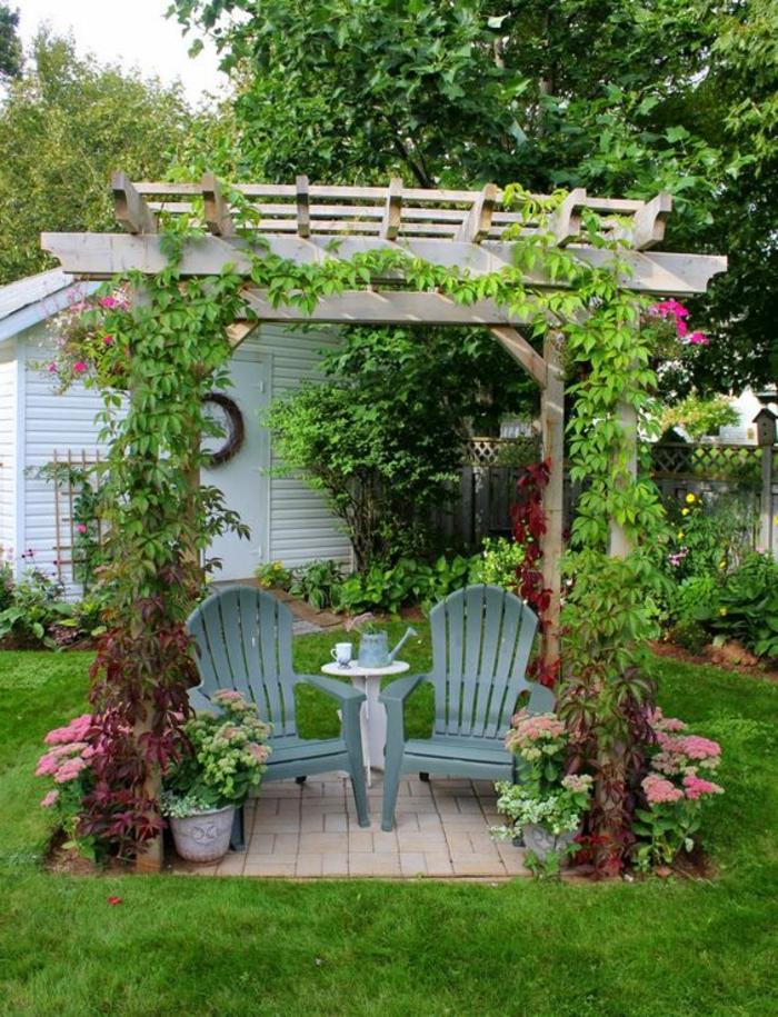 gartenideen pergola pflanzen gartenstühle grüner rasen