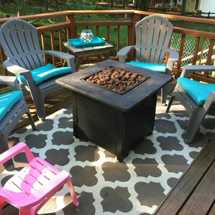 gartenmöbel design farbige stühle blaue dekokissen teppich