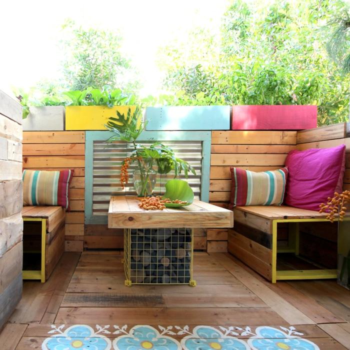 gartenmöbel design palettenmöbel holzboden farbige dekokissen