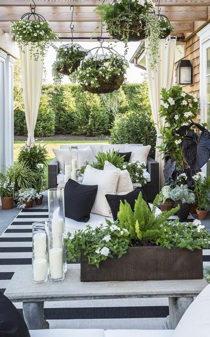 gartenmöbel design streifenteppich dekokissen pflanzen kerzen