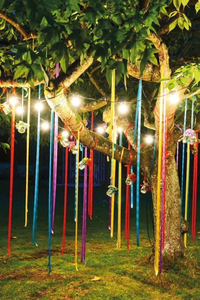 gartenparty dekoideen boho style baumdekoration lichterketten bunte stoffbänder