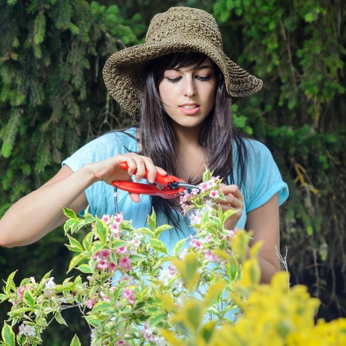 gartenzeit gartenarbeit utensilien gadgets gartenschere frau