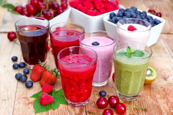 gartenzeit sommerzeit smoothies frisches obst erdbeeren blaubeeren kiwi kirschen
