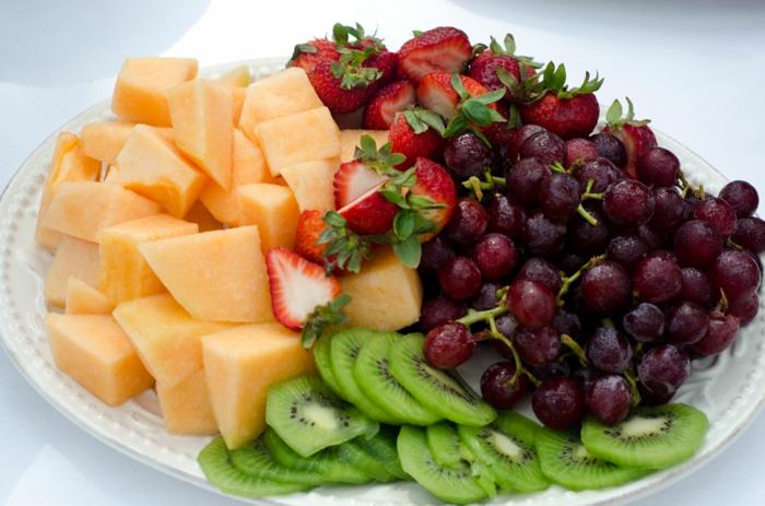 gesund abnehmen diabetis richtig essen firsches obst erdbeeren kiwi melone