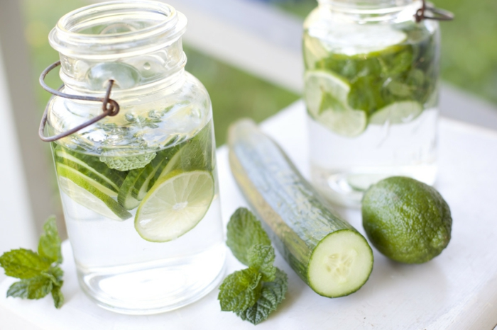 gesund leben dehydrierung wasser trinken gurken minze limette