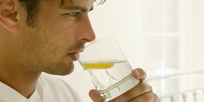 gesund leben dehydrierung wasser trinken mann