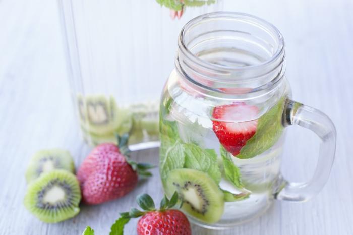gesund leben dehydrierung wasser trinken minze kiwi erdbeeren