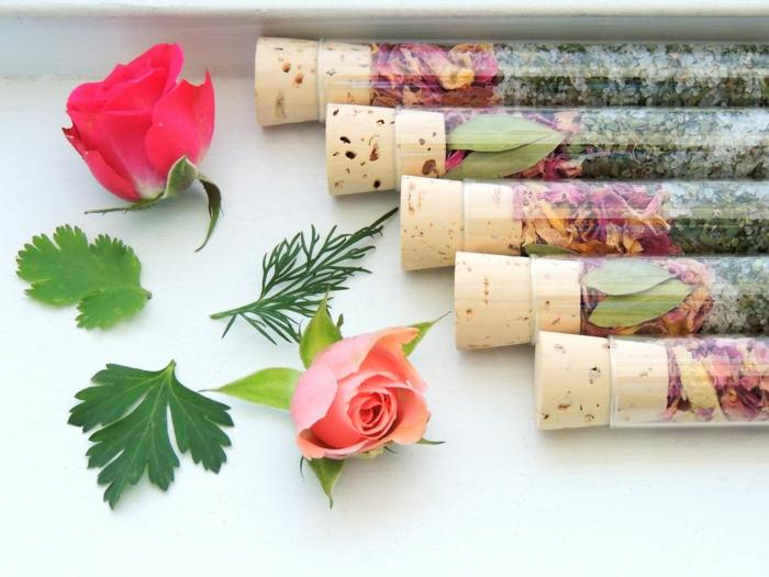 gesund wohnen badewanne badesalz rosen kräuter