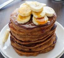 Gesunde Frühstücksideen mit Früchten und Pfannkuchen