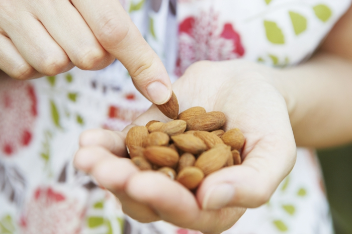 gesunde ernährung nüsse essen mandeln
