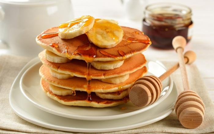gesunde frühstücksideen banane honig pfannkuchen