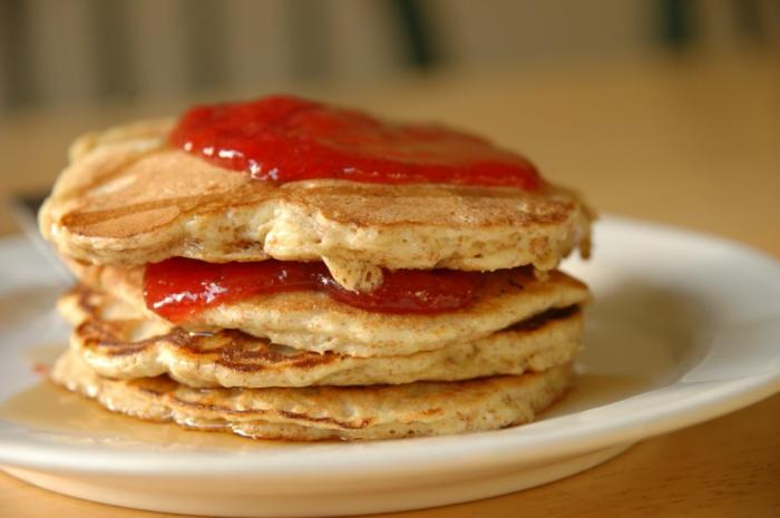 gesunde frühstücksideen konfitüre pfannkuchen