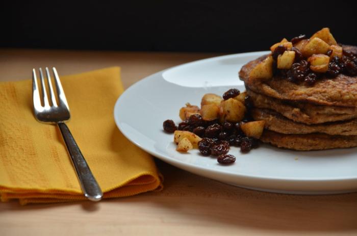 gesunde frühstücksideen pfannkuchen rosinen zimt äpfel