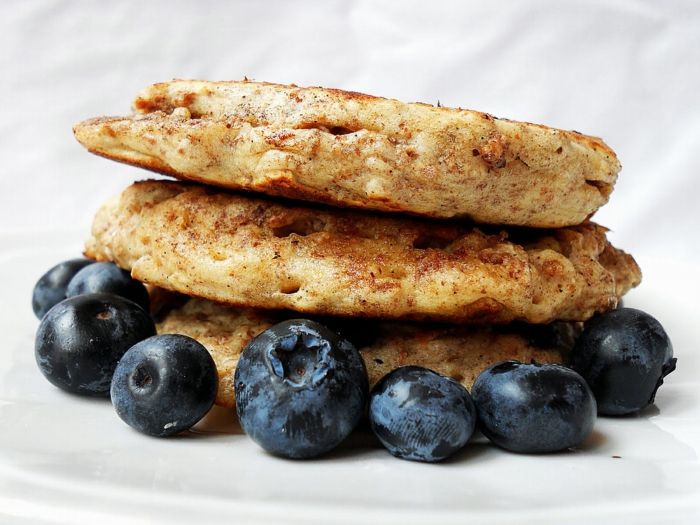 gesunde frühstücksideen pfannkuchen beeren müsli
