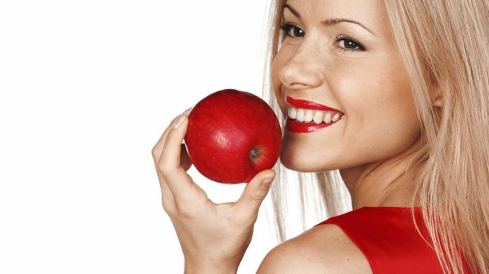 gesunde haut lebensmittel apfel roter lippenstift rotes kleid blondes haar