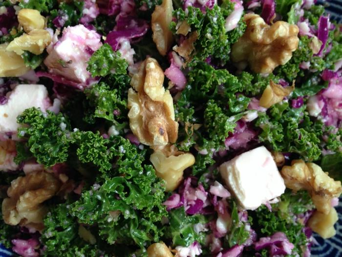 gesunde haut lebensmittel gesunde salate grünkohl feta walnüsse