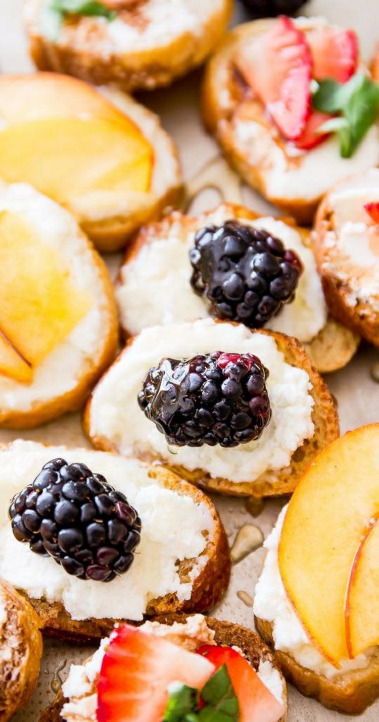 gesundes Essen belegte Brötchen mit Sommerfrühten