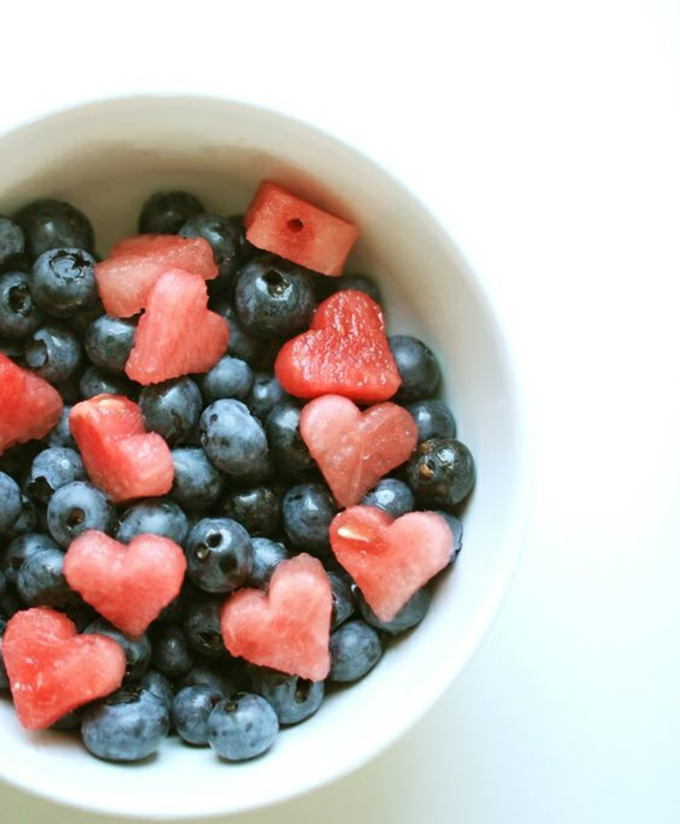 gesundes Essen erfrischende Sommergetränke und Obstsalat