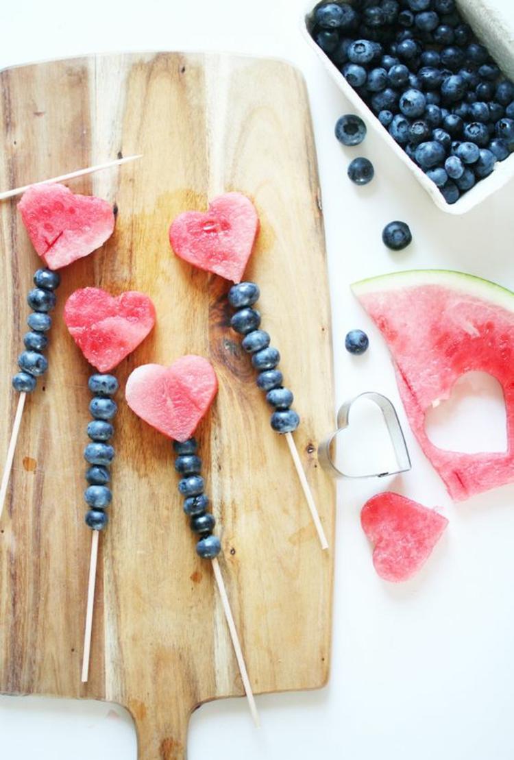 gesundes Essen wassermelone Herzen Blaubeeren Spieße