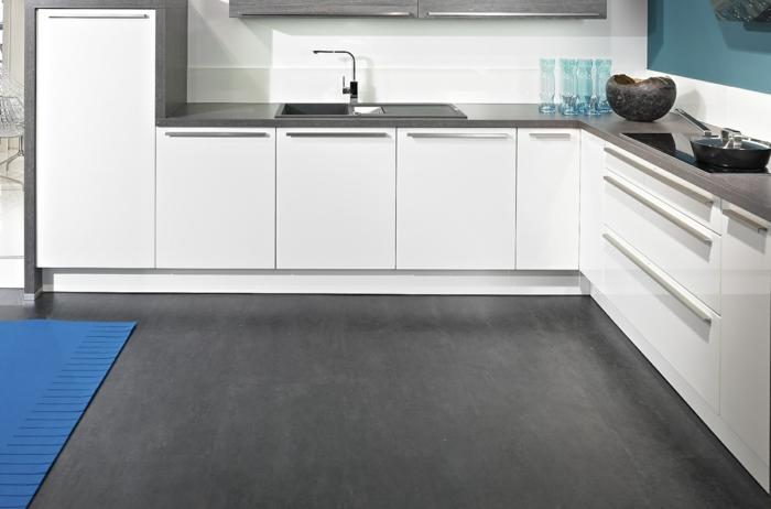 griffe für küchenschränke aluminium modern dunkler boden offener wohnplan