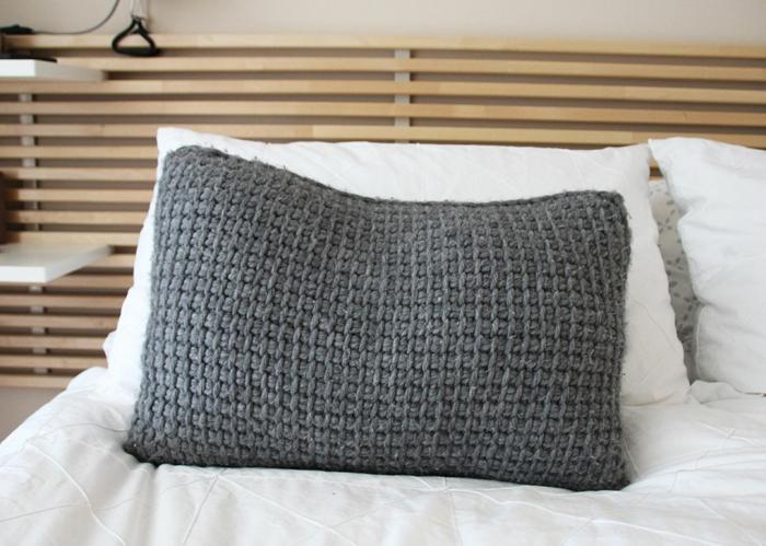 häkelmuster grauer kissenbezug wohnaccessoires schlafzimmer einrichten
