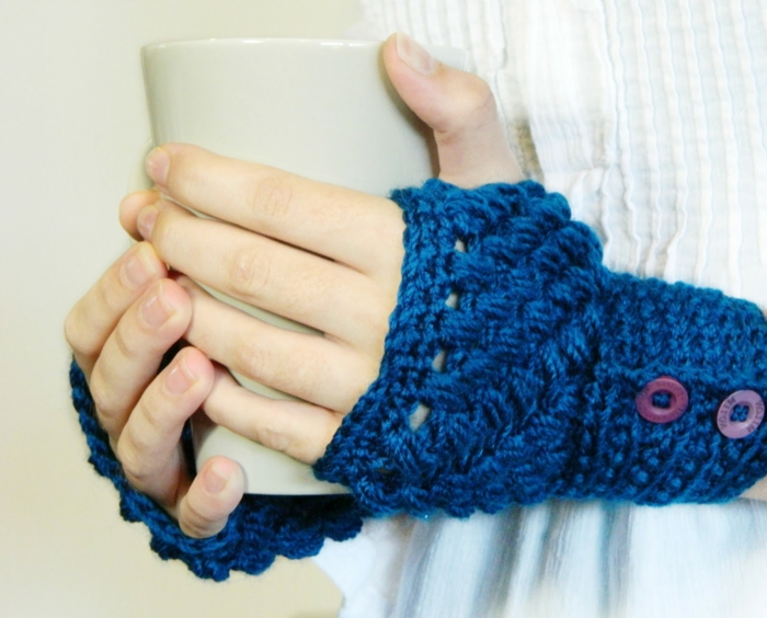 häkelmuster handschuhe blau knöpfe lifestyle mode