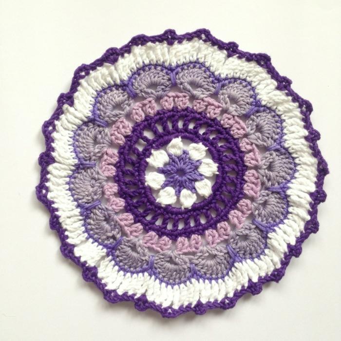 häkelmuster kleiner teppich basteln lilanuancen weiß