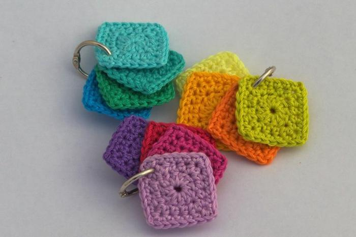 häkeln ideen schlüsselanhänger farbig