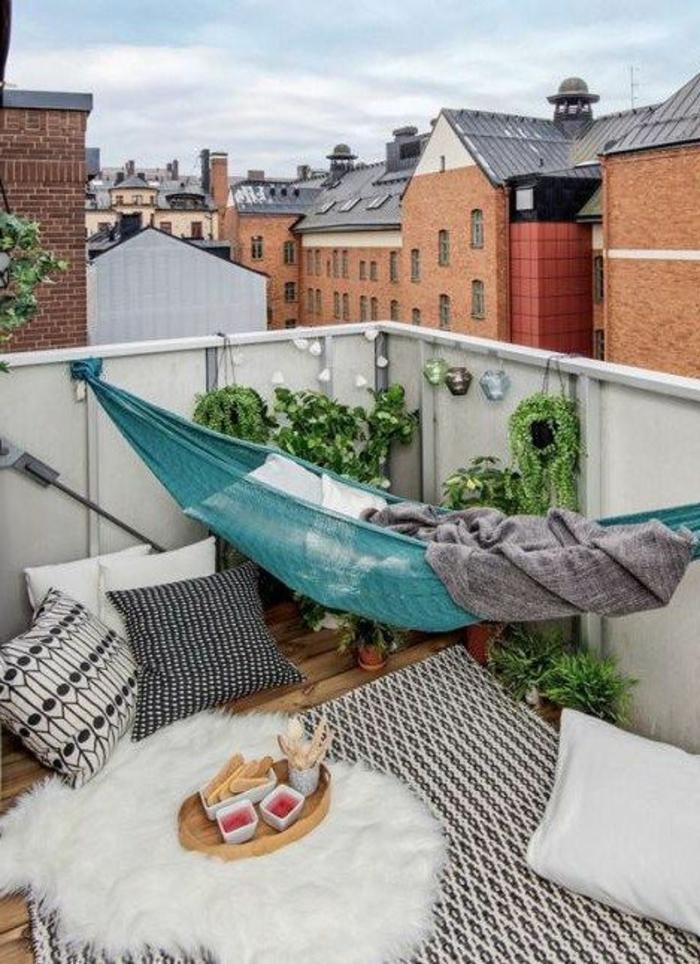 hängematte balkon teppich dekokissen kleiner balkon