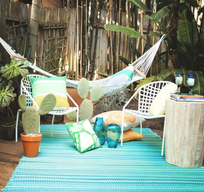 hängesessel garten hängematte blauer streifenteppich pflanzen