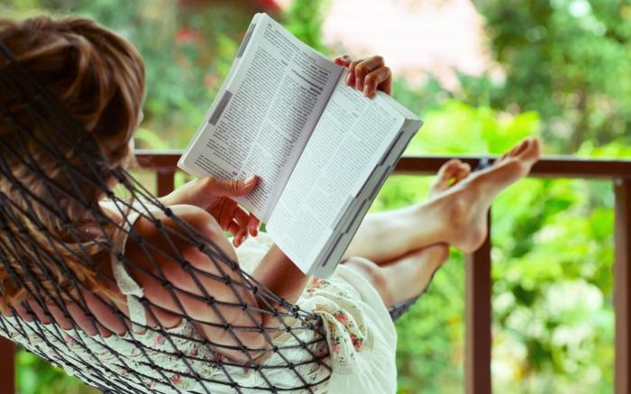 hängesessel garten hängematte buch lesen sich erholen