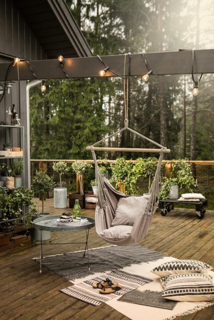 hängesessel garten moderner garten holzboden teppiche pflanzen