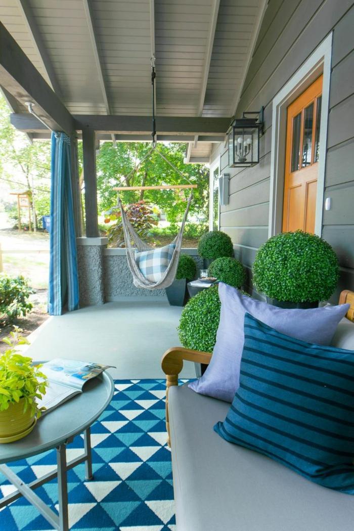 hängesessel garten veranda gestalten grüne pflanzen geometrischer teppich