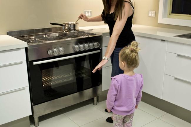küche kindergerecht gestalten herd sichern pfanne kochtopf richtig stellen
