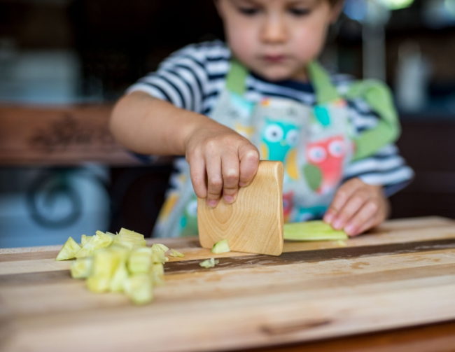 küche kindergerecht gestalten küchenutensilien holz besorgen