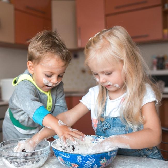 küche kindergerecht gestalten mama kochen helfen