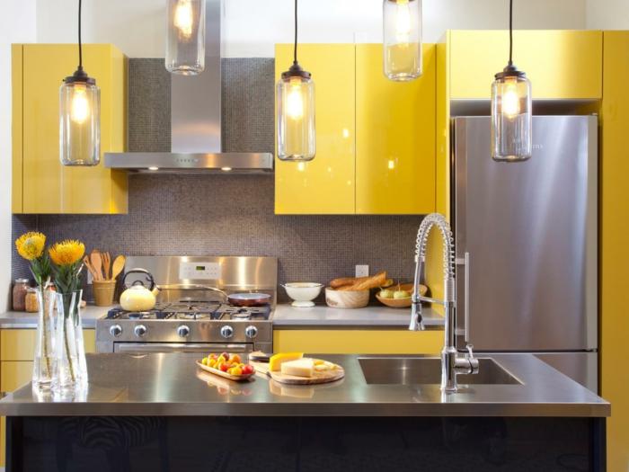 küchendesign gelbe küchenschränke pendelleuchten silberne akzente blumen