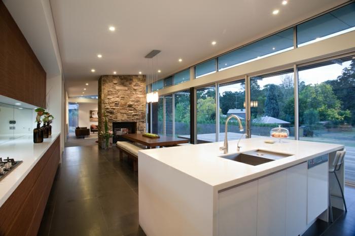 küchendesign offener wohnplan weiße kücheninsel essbereich steinwand