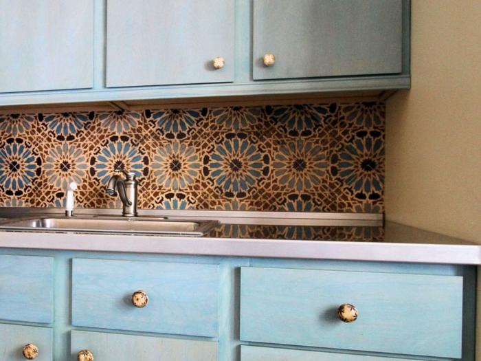 küchenrückwände fliesen farbig lustig hellblaue küchenschränke