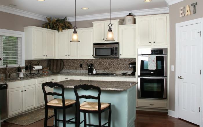 küchenrückwände mosaik hellblaue kücheninsel beige wände