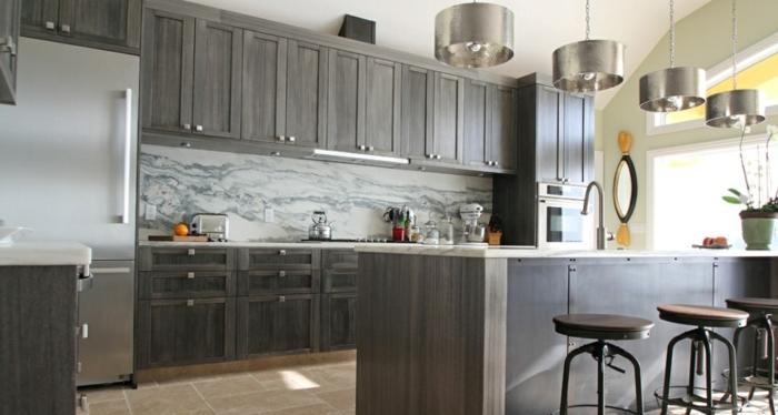 küchenrückwände stilvoll bodenfliesen kücheninsel barhocker