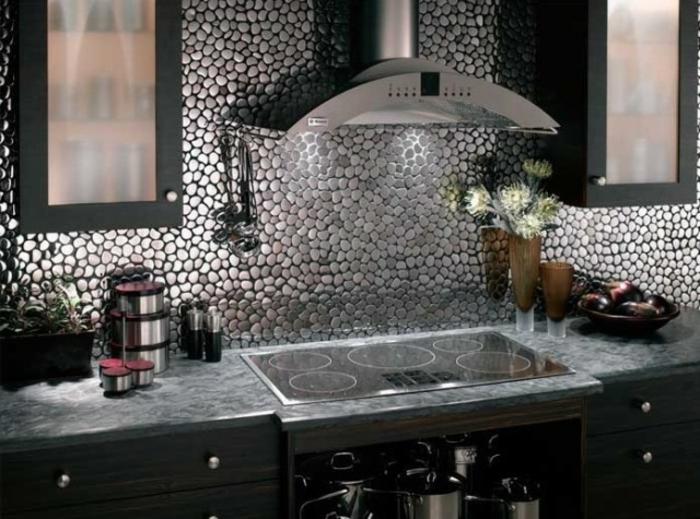 küchenspiegel küchenrückwand fliesen flusssteine optik wandgestaltung
