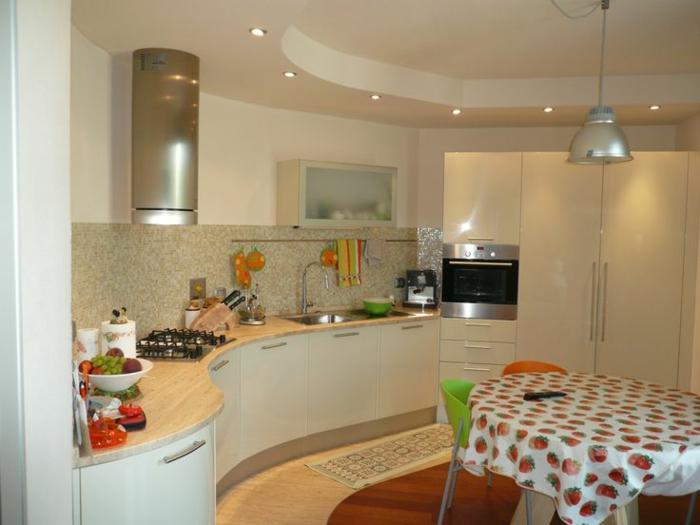 küchenspiegel küchenrückwand fliesen kücheneinrichtung küchenschränke runder esstisch