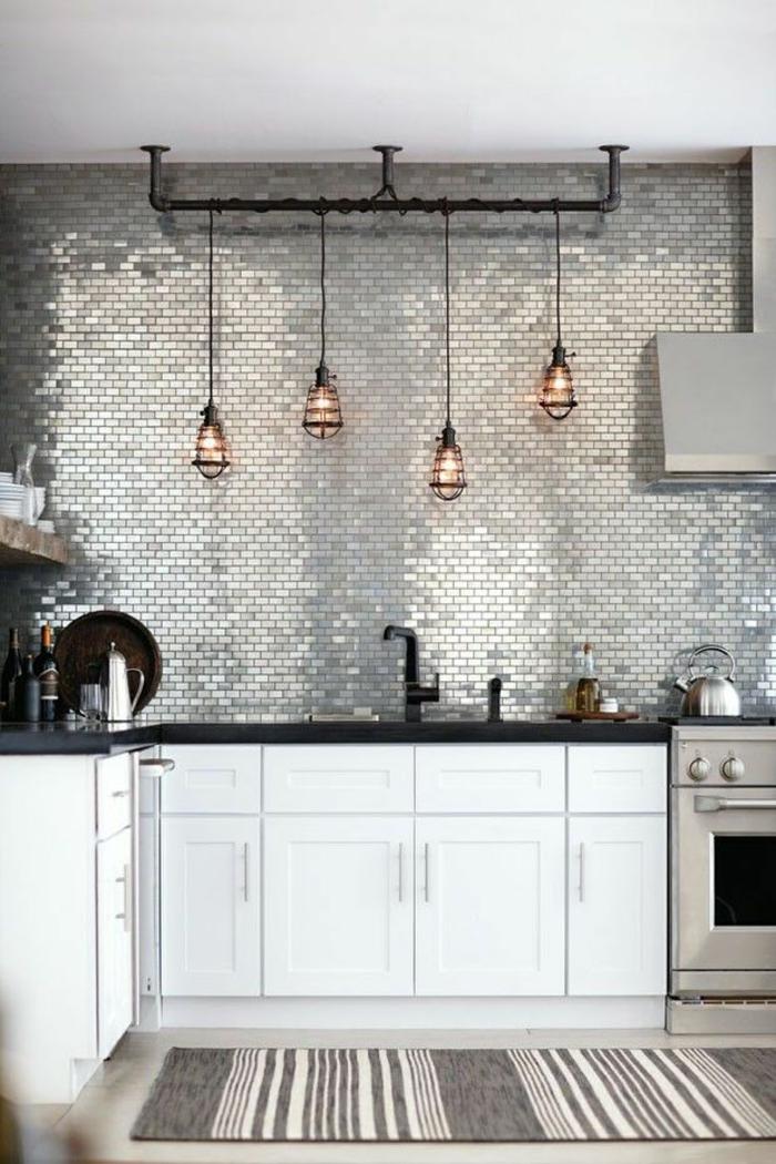 küchenspiegel küchenrückwand glänzende wandfliesen pendelleuchten glühbirnen