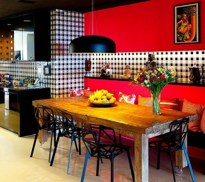 küchenspiegel küchenrückwand kariert pendelleuchte rustikaler esstisch sofa designer stühle